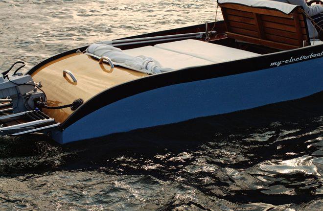 Kleines Elektroboot mit Sitz- und Liegefläche