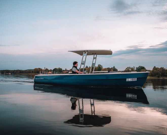 Elektroboot mit Solardach und Akkuspeicher
